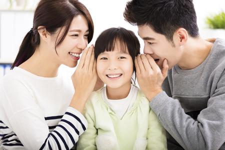 padres hablando con hijos: padre e hija susurrando chismes