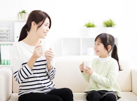 lachende moeder en dochter op de bank
