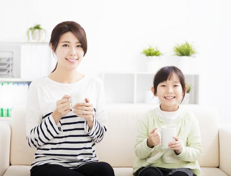 母とソファーに娘の笑顔 写真素材
