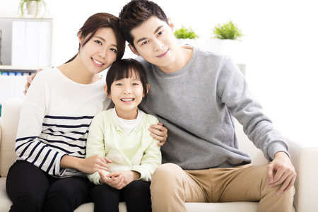 Feliz atractivo retrato de la familia joven