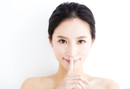 mujer bonita: Cara de la mujer joven de cerca con el gesto de la tranquilidad