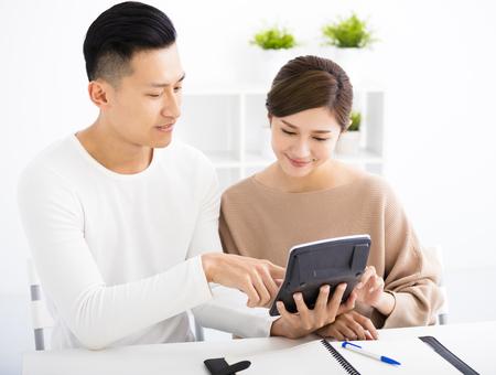 planificacion familiar: marido y esposa con el concepto de finanzas de la familia