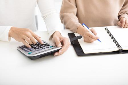 Mann und Frau mit Familie Finanzkonzept Standard-Bild