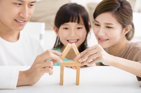 jugando: familia feliz jugando con bloques de juguete