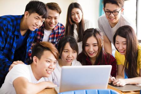 Groep studenten die op laptop in klaslokaal letten