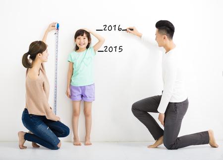 muralla china: padre feliz mide el crecimiento de la hija Foto de archivo