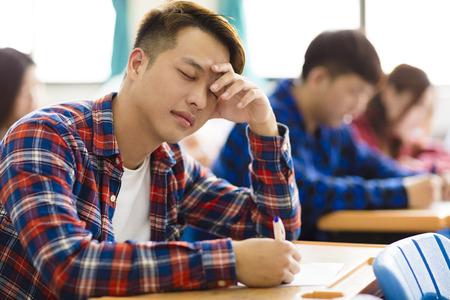 Stressed student voor het examen in de klas
