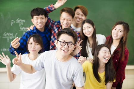 niñas chinas: estudiante de la universidad grupo de jóvenes felices en el aula