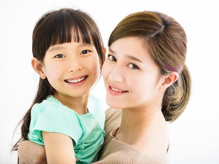 madre de familia feliz y niña