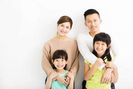 família: Retrato atrativo da Família nova feliz