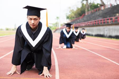 birrete de graduacion: joven de la graduación listo para correr en la pista