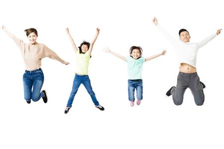 gelukkig gezin springen samen op geïsoleerde wit