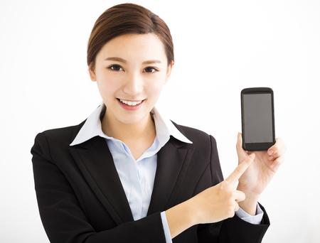 Donna felice di affari che mostra telefono cellulare intelligente