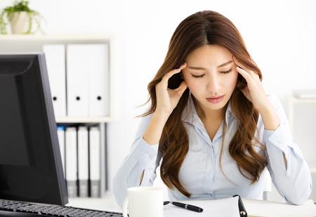 Portret zmęczony młoda kobieta biznesu pracy w biurze