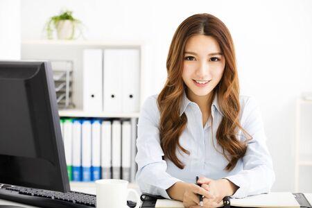 glückliche junge Business-Frau arbeitet im Büro