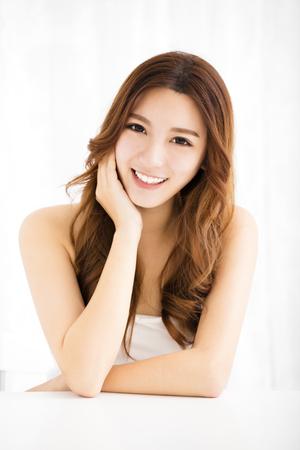 mujer alegre: Retrato de mujer joven y atractiva sonrisa
