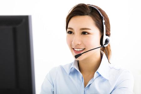Lachend zakenvrouw met hoofdtelefoons