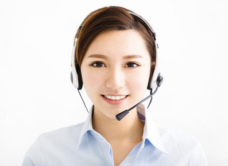 Sonriente mujer de negocios agente con auriculares