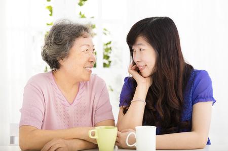 행복 수석 어머니와 성인 딸 스톡 콘텐츠