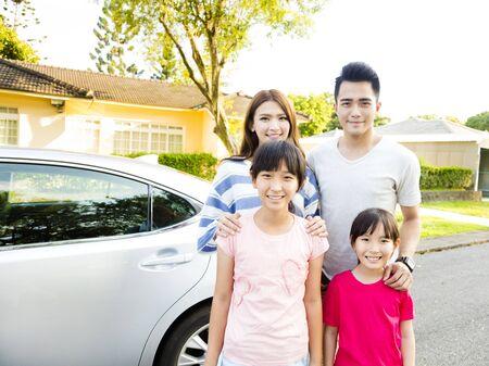 Mooie familieportret lacht buiten hun huis