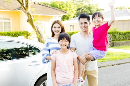 al aire libre: retrato de familia sonriente hermosa fuera de su casa