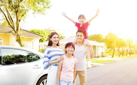 familj: Vacker lycklig familj porträtt utanför deras hus
