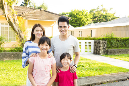 Mooi lachende familieportret buiten hun huis