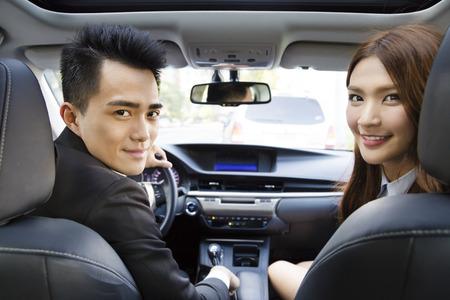 felice giovane uomo d'affari e la donna alla guida in macchina Archivio Fotografico