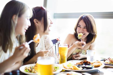 mujeres juntas: feliz grupo joven que disfruta de la fiesta de la cena