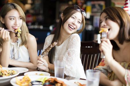 comiendo: feliz grupo joven que disfruta de la fiesta de la cena