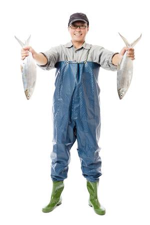 pecheur: pêcheur heureux montrant gros poisson isolé sur blanc Banque d'images