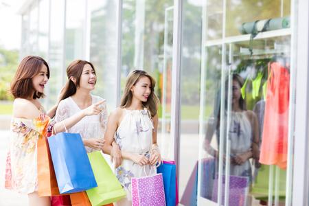 young Women group Carrying Shopping Bags On Street Foto de archivo