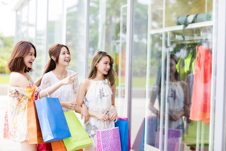 young Women group Carrying Shopping Bags On Street Standard-Bild