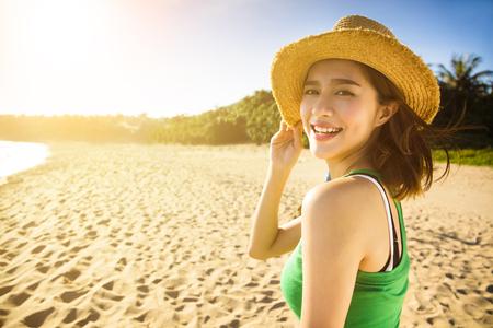 Glückliche junge Frau Sommerferien am Strand genießen Standard-Bild - 57827847