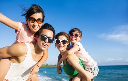 Famiglia felice divertirsi in spiaggia