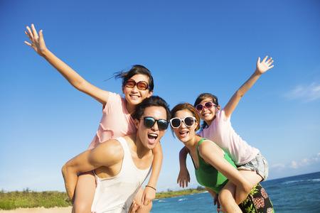 Счастливая семья весело на пляже
