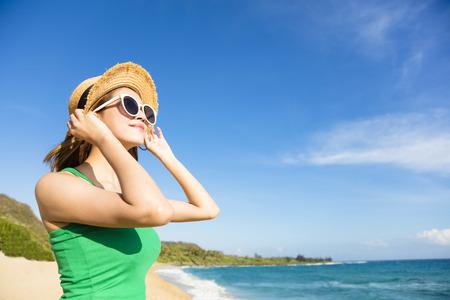 Jonge aantrekkelijke vrouw ontspannen op het strand Stockfoto