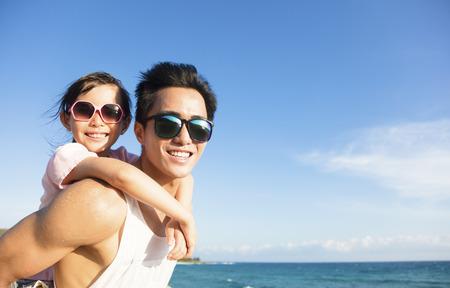 父亲和女儿在海滩上玩乐趣