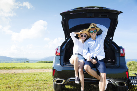 Hermosa joven pareja disfrutando de viaje por carretera y las vacaciones de verano