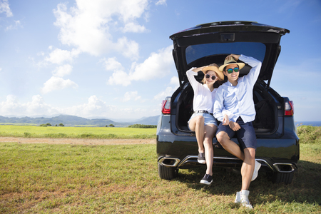 young couple enjoying road trip and summer vacation 版權商用圖片
