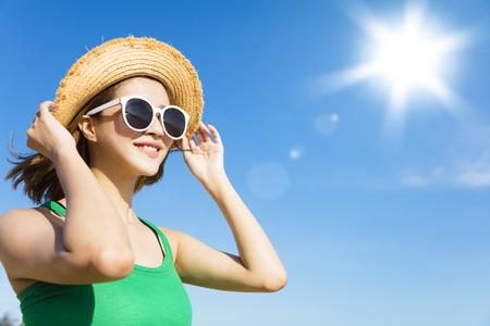 Молодая женщина, расслабляющий и смотреть солнечного света в летнее время Фото со стока