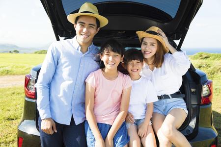 familia viaje: familia feliz disfrutando de viaje por carretera y las vacaciones de verano Foto de archivo