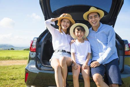 家族: 道路の旅行や夏の休暇を楽しんで幸せな家族