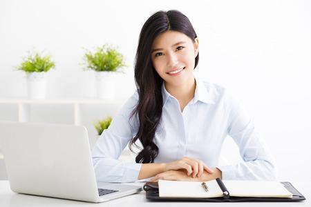 Młoda piękna kobieta pracuje w biurze