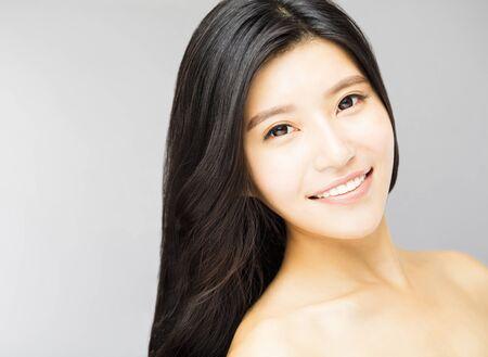 清潔で新鮮な皮膚を持つ若い女性顔をクローズ アップ 写真素材