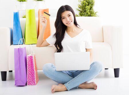 chicas de compras: Compras de la mujer joven con tarjeta de crédito y un ordenador portátil