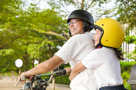Padre e figlia che viaggiano sul motociclo Archivio Fotografico