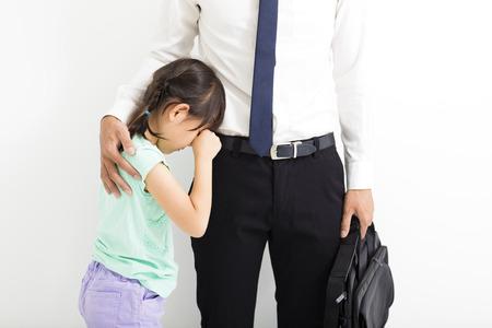Père réconfortant sa fille pleurer avant d'aller travailler Banque d'images - 59339440