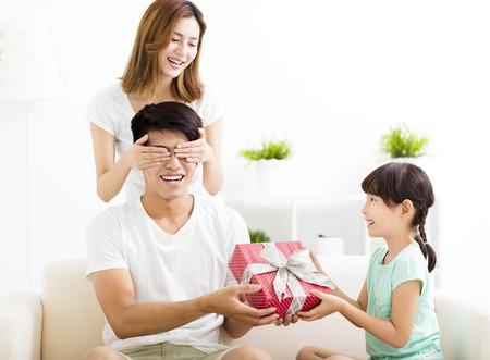 Padre sorprendió recibir la caja de regalo de la esposa y la hija