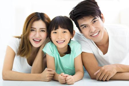 familias jovenes: Feliz atractivo joven de la familia y de la niña
